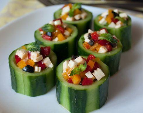 Фото к рецепту: Стаканчики из огурца с овощной начинкой