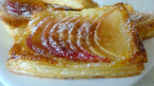 Фото к рецепту: Наивкуснейшие слойки с яблоком и корицей