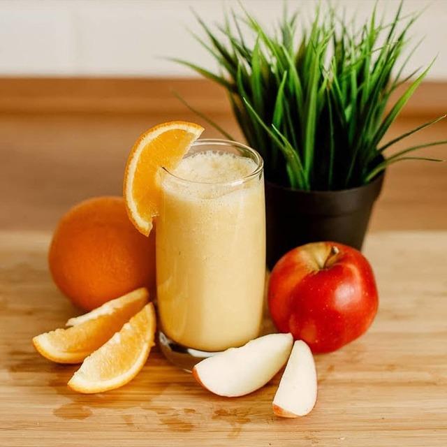 Фото к рецепту: Вкусный смузи с немолоком, яблоком и апельсином