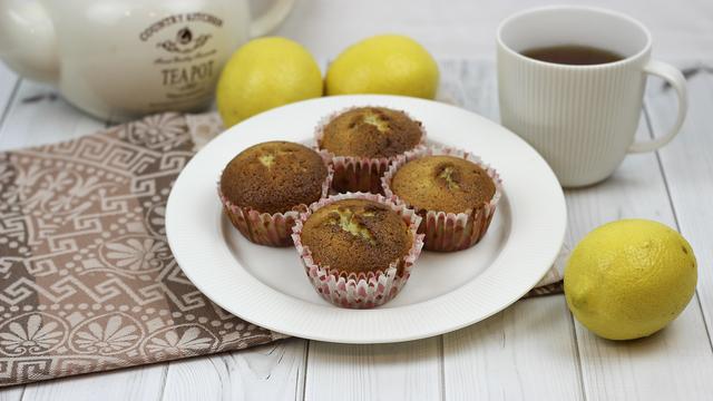 Фото к рецепту: Лимонные маффины с маком.