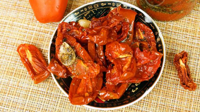 Фото к рецепту: Вяленые томаты в масле