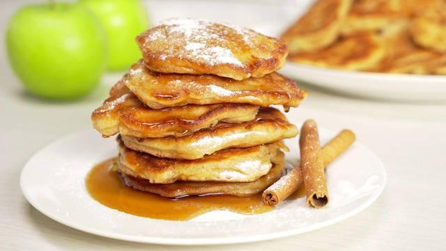 Фото к рецепту: Яблочные оладьи