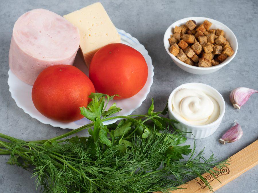 Салат с ветчиной, сухариками и помидорами - фото шаг 1