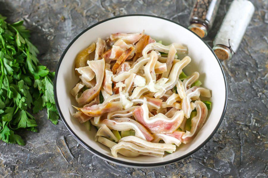 Салат с свиными ушами и огурцом - фото шаг 5