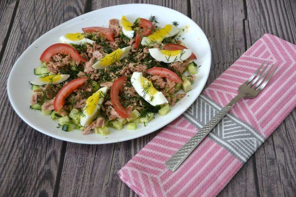 Салат с авокадо, тунцом и огурцом