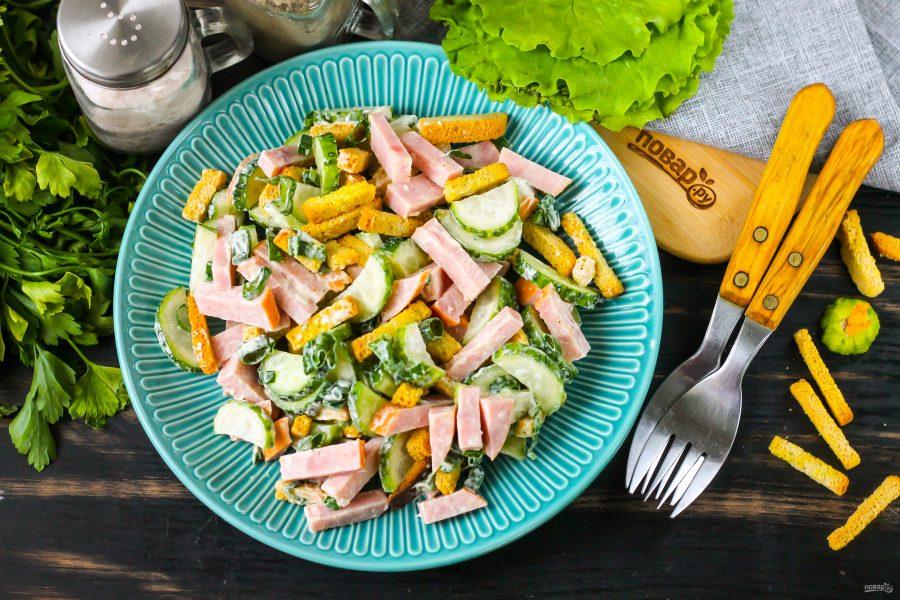 Салат с кириешками и колбасой - фото шаг 6
