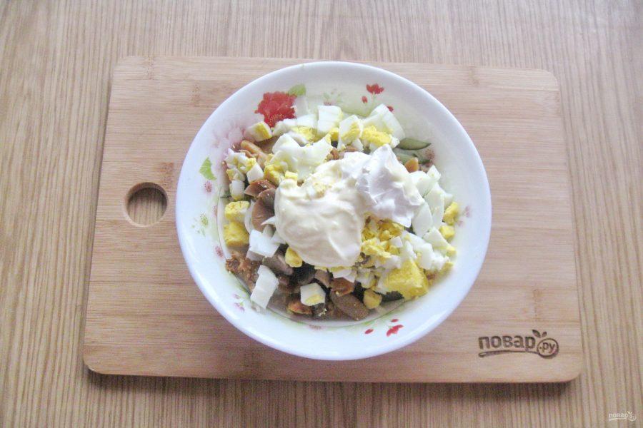 Салат с ветчиной и маринованными грибами - фото шаг 8