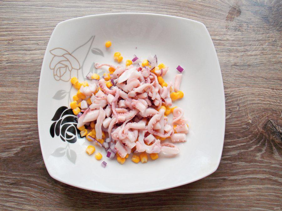 Салат с щупальцами кальмара - фото шаг 5