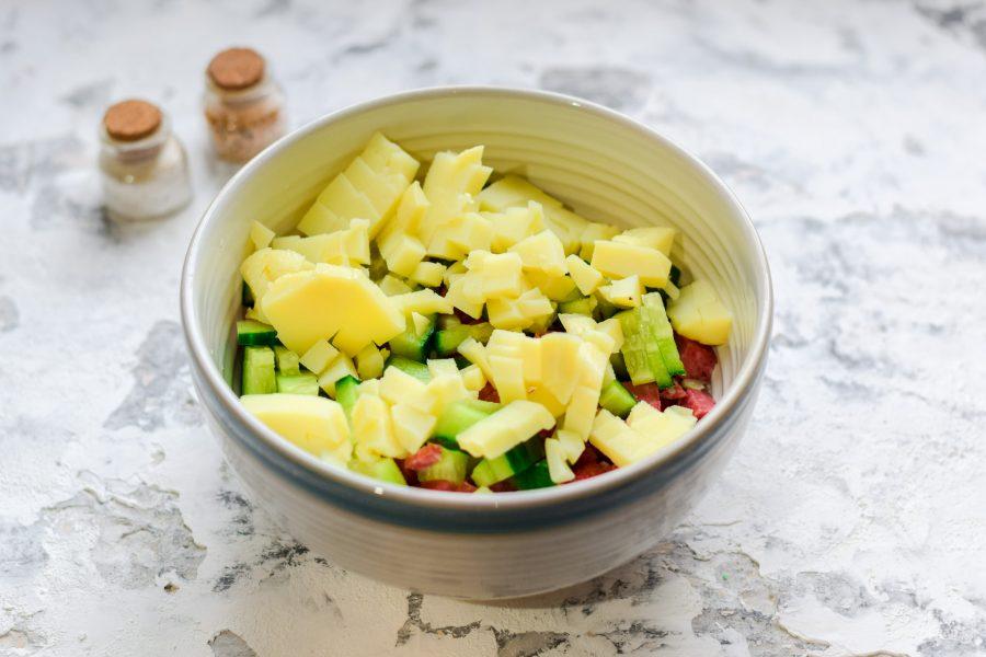 Салат с копченой колбасой и свежим огурцом - фото шаг 4