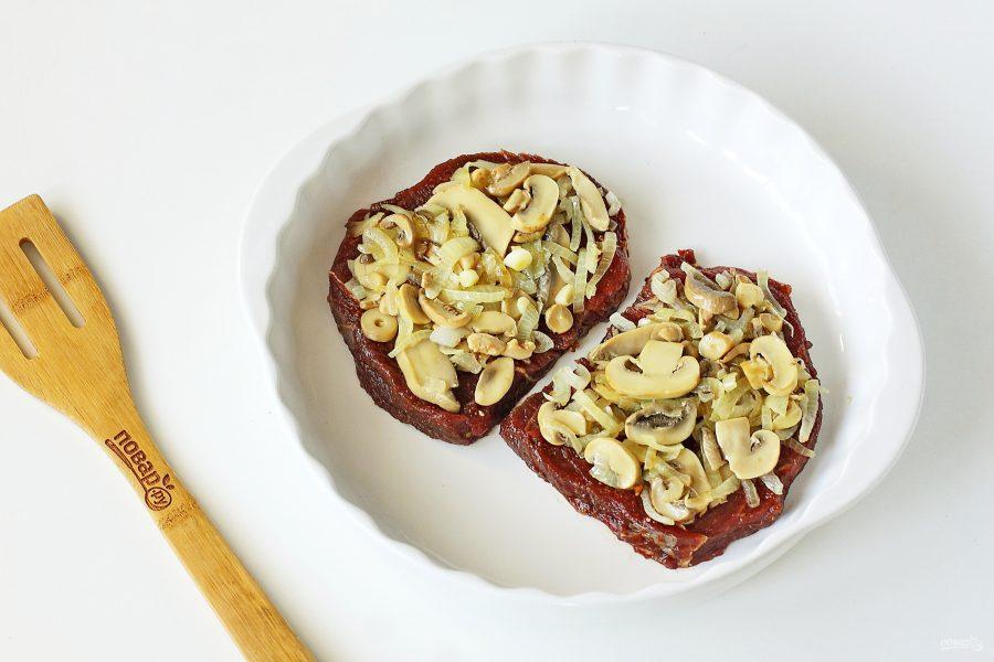 Мясо с маринованными грибами в духовке - фото шаг 7