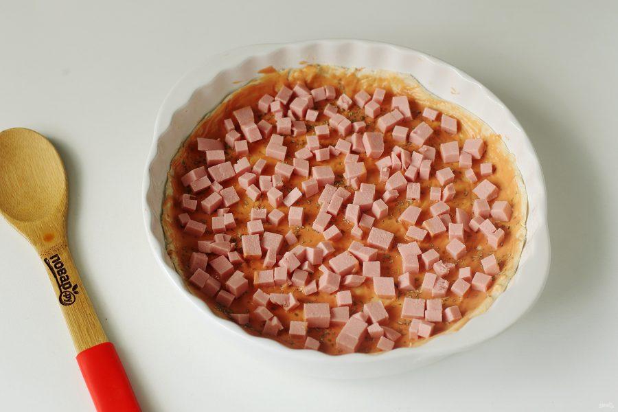 Пицца на слоеном тесте с колбасой - фото шаг 4