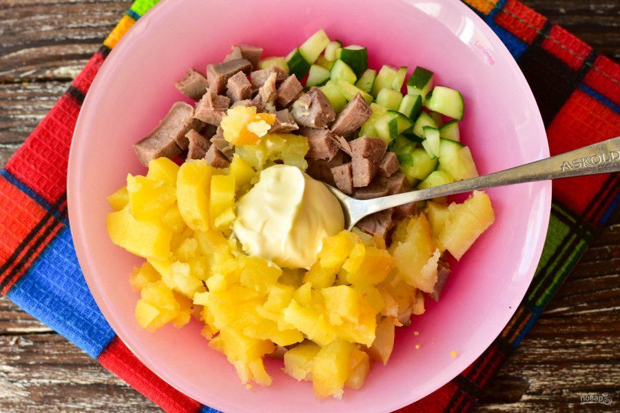 Салат с языком и картофелем - фото шаг 7