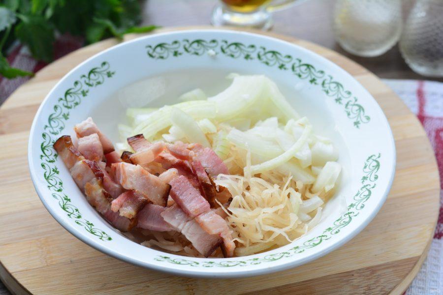 Салат с квашеной капустой и жареным беконом - фото шаг 6