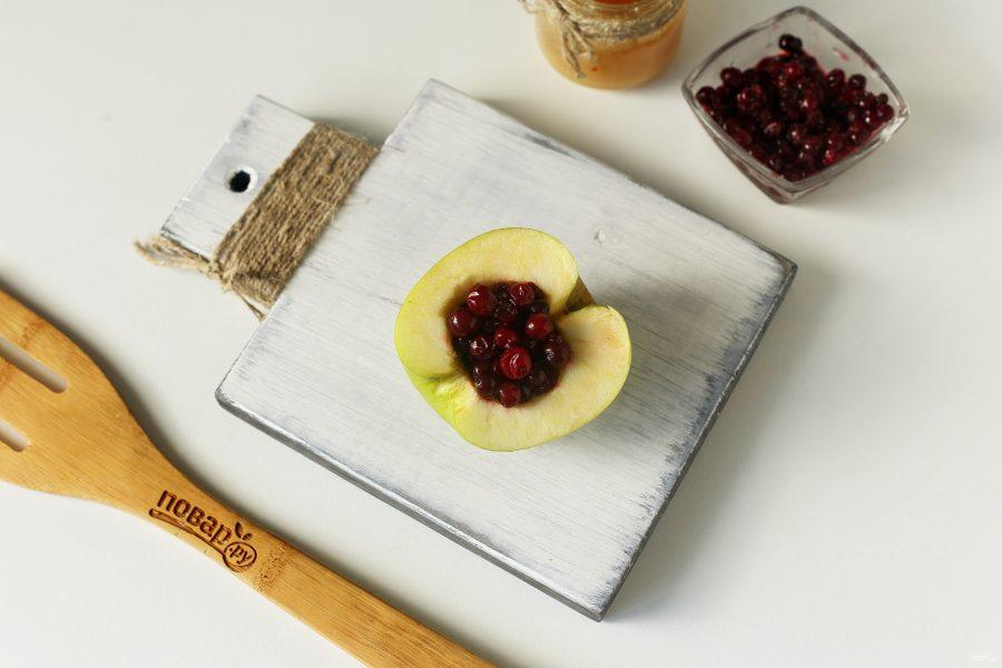 Запеченные яблоки с брусникой в духовке - фото шаг 3