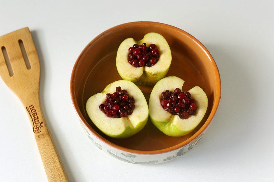 Запеченные яблоки с брусникой в духовке - фото шаг 4