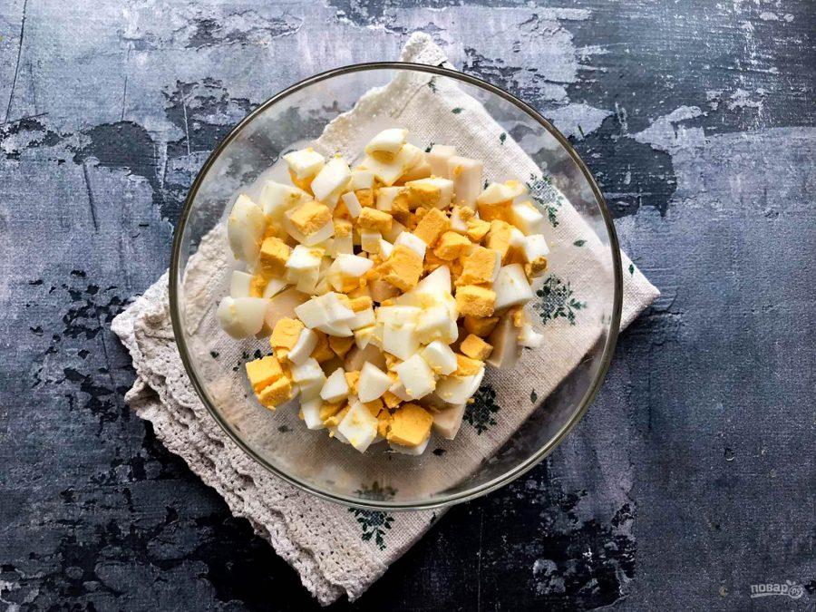 Салат с кальмарами, ананасами и крабовыми палочками - фото шаг 3