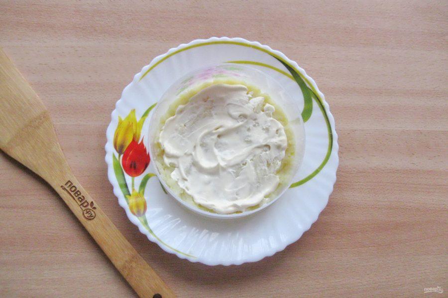 Слоеный салат с копченой горбушей - фото шаг 3
