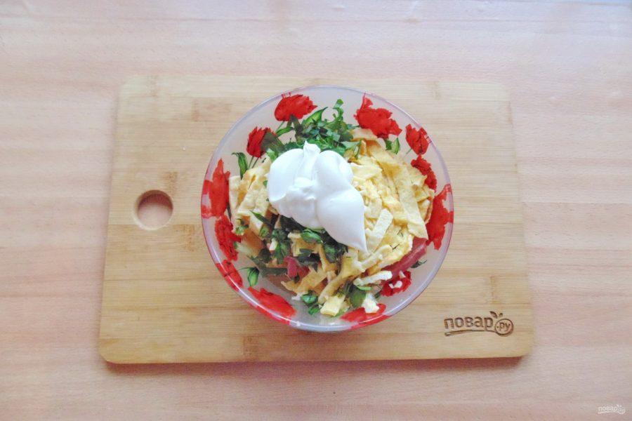 Салат из яичных блинчиков и колбасы - фото шаг 7
