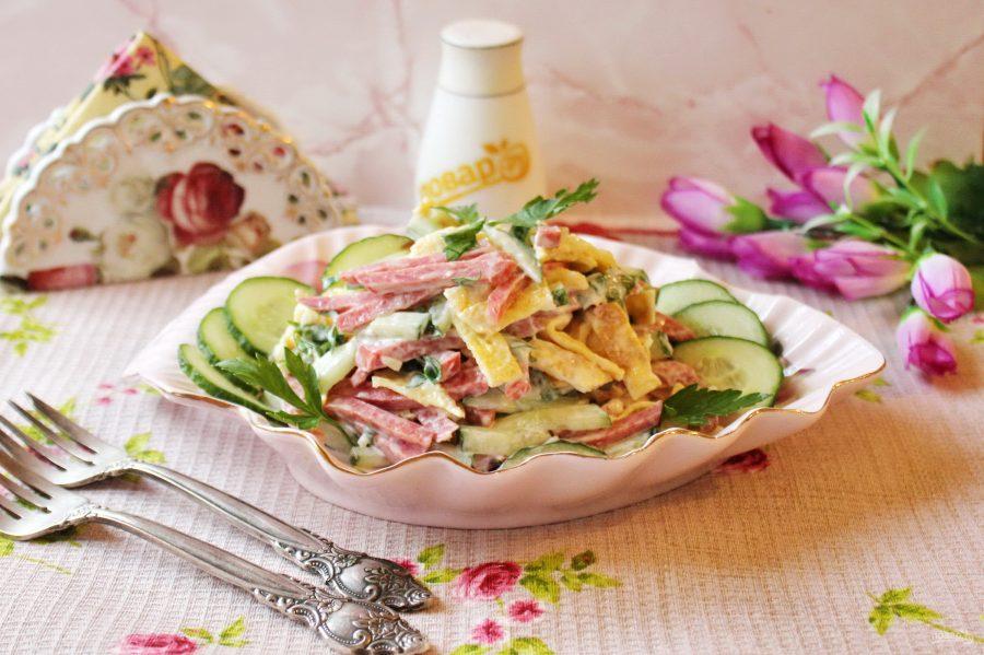 Салат из яичных блинчиков и колбасы - фото шаг 9
