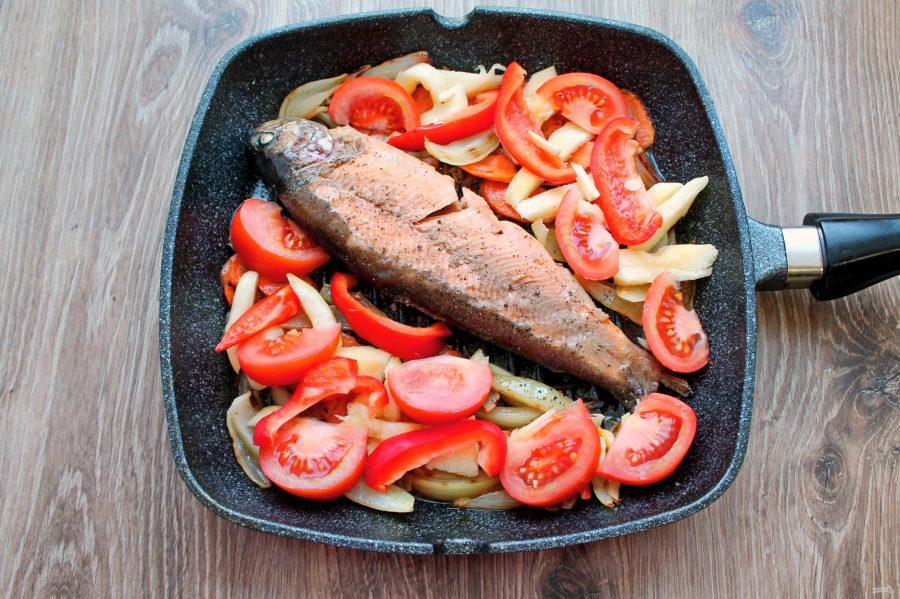 Форель тушеная с овощами - фото шаг 10