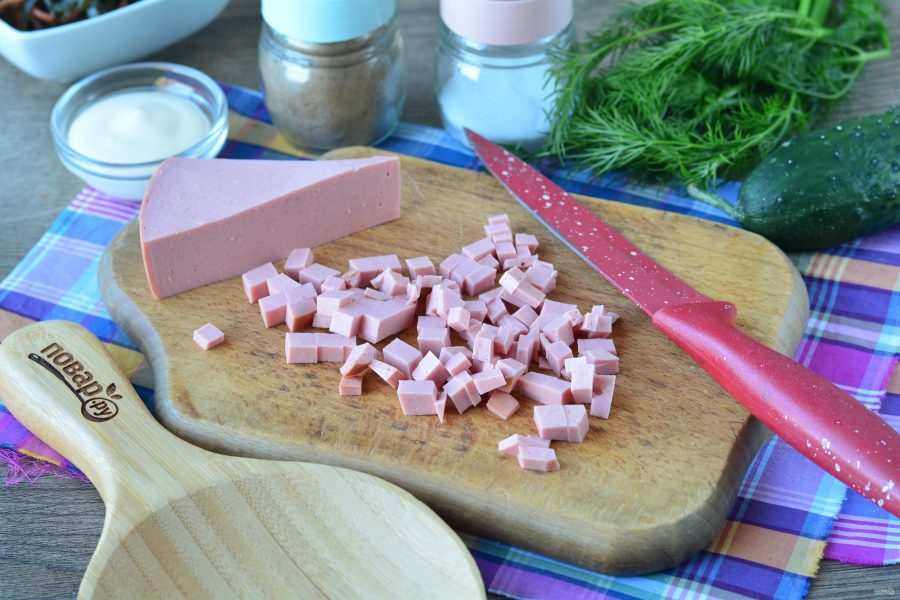 Салат с морской капустой и колбасой - фото шаг 2