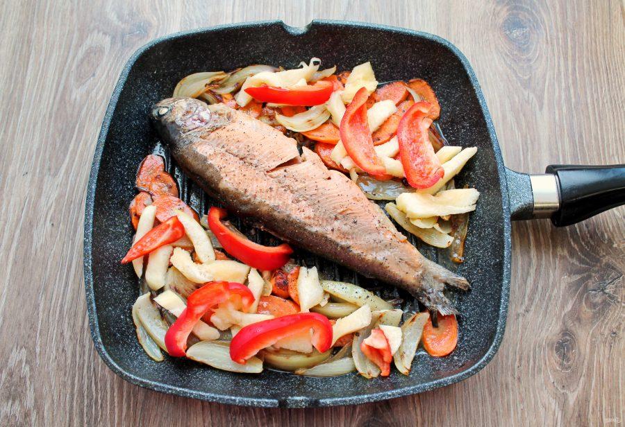 Форель тушеная с овощами - фото шаг 9