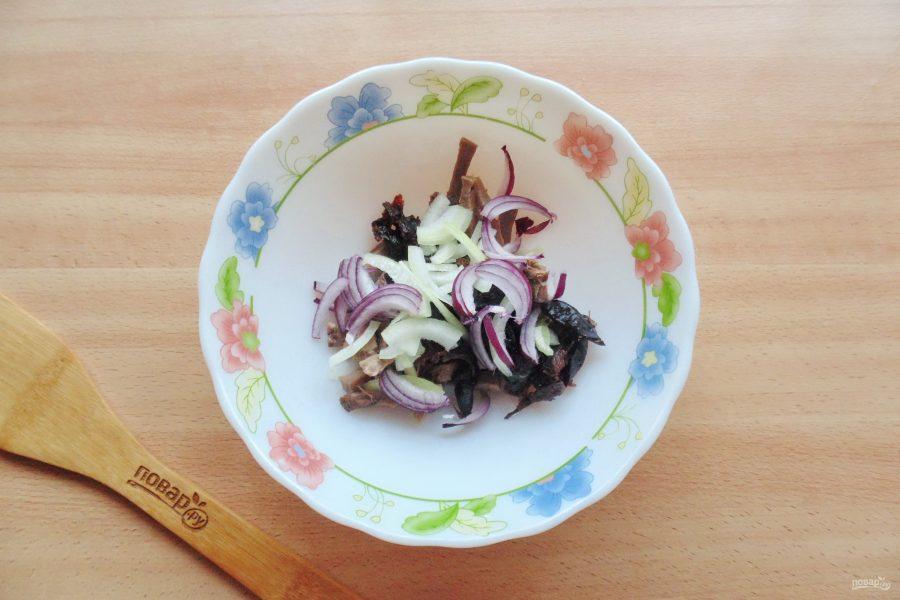 Салат с языком и черносливом - фото шаг 4