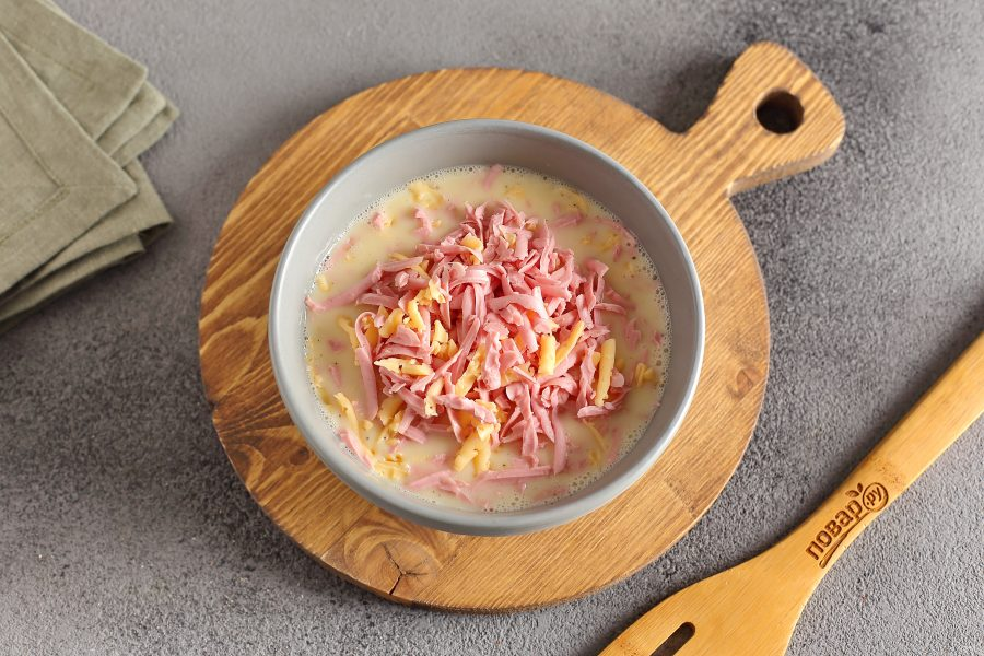 Рулетики из яйца, колбасы и сыра - фото шаг 4