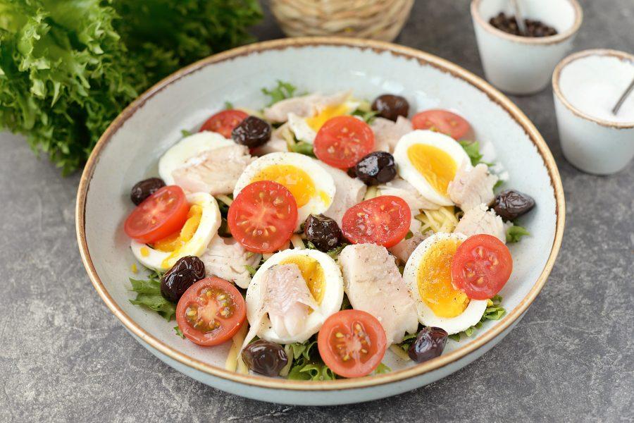 Салат с отварным окунем - фото шаг 6