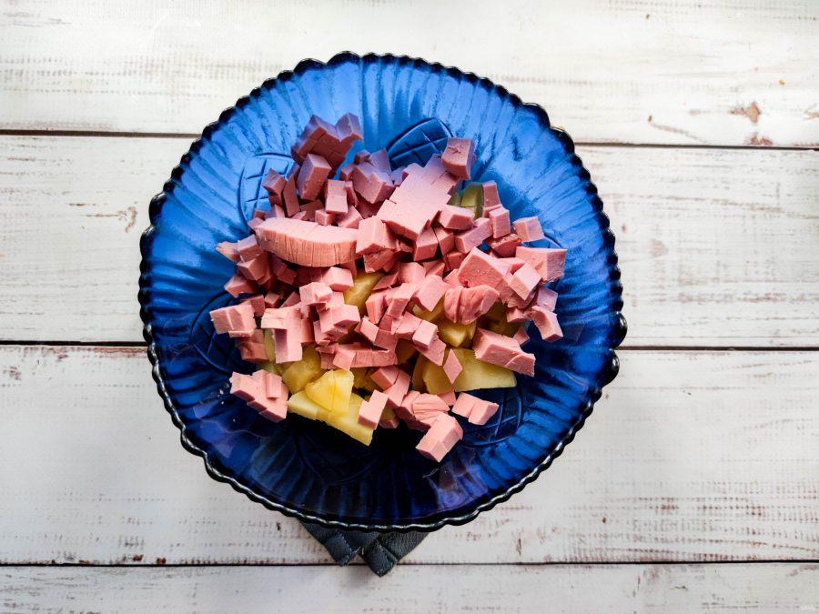 Салат с грецкими орехами и колбасой - фото шаг 3
