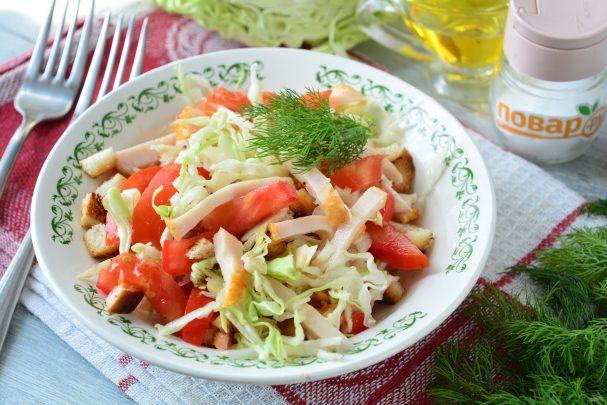 Салат с капустой, ветчиной и сухариками