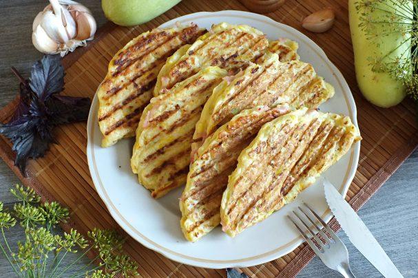 Чебуреки из кабачков с ветчиной и сыром